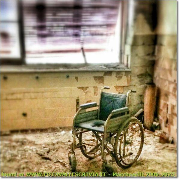Fotografie Savignone - Paesi - Colonia Montemaggio: interno n 2, quarto piano con carrozzella