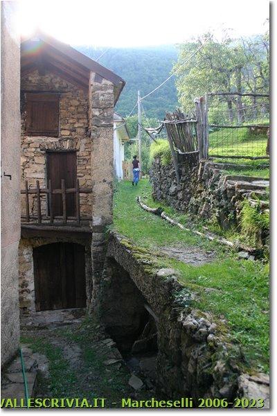 Foto ValBrevenna - Paesi - Vecchie case a Tonno
